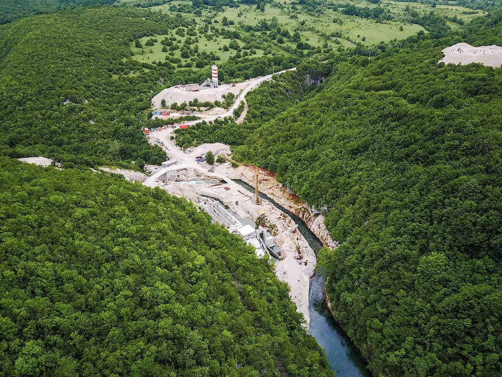 Dam construction on the Sana in Bosnia-Herzegovina. About 3,000 hydropower projects are planned or already under construction in the Balkans, one third of them in protected areas. About 50 fish species would go extinct or be driven to the brink ox extinction if these projects were realized. © Matic Oblak