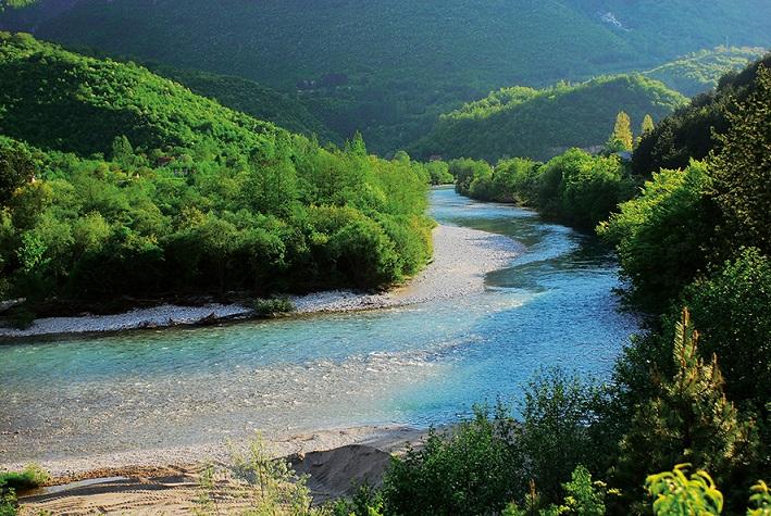 Die Neretva in Bosnien-Herzegowina ist mit ihren Zuflüssen einer der wichtigsten Fisch-Hoptspots auf dem Balkan und in ganz Europa. 17 seltene und bedrohte Fischarten leben hier. Die EU erwägt den Bau von zwei Großstaudämmen in der Neretva zu fördern. Das hätte verheerende Folgen, u.a. für die hochgradig gefährdete Weichmaulforelle. © A. Vorauer