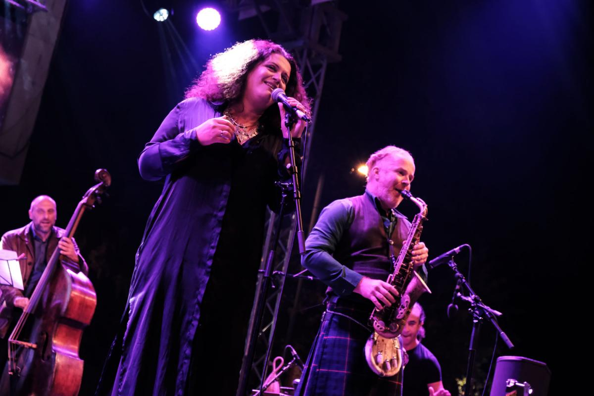 Amazing Eda Zari and her band, including world-renowned percussionist Rhani Krija © Nick St. Oegger