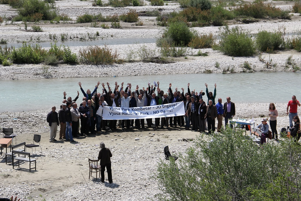 Approximately 70 people participated in the press conference on the island of the Vjosa River, among them the mayors of the nearby cities of Qesarat, Permet, and Tepelena. All three of them support the idea of a Vjosa National Park and oppose the projected dams. Credit: Adrian Guri