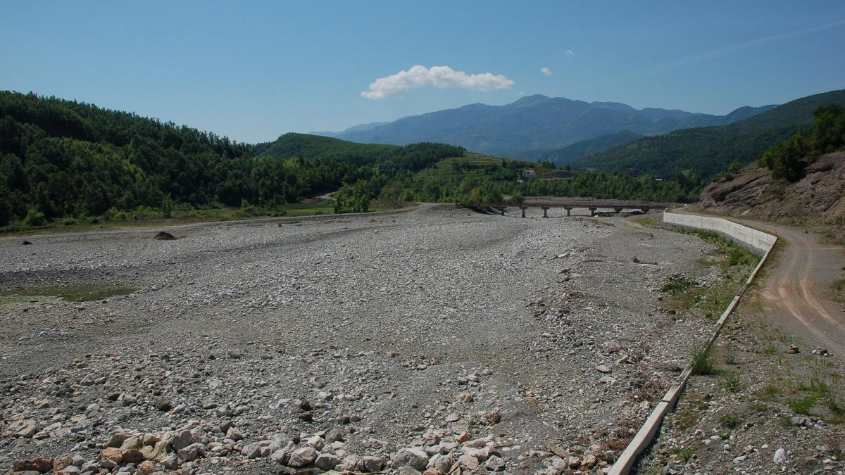 The riverbed has dried up completely below the dam © Bankwatch
