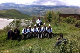 Tag 33: Auch in Queserat werden wir von dem berühmten albanischen Sänger Golik und seiner iso-polyphonischen Gesangsgruppe unterstützt.