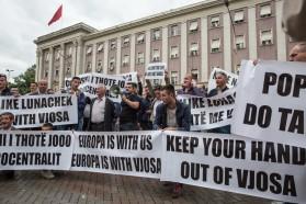 Tag 35: Die Bevölkerung des Dorfes Kuta welches vom geplanten Staudamm Pocem betroffen wäre, nahmen an unserem Protest in Tirana teil. Sie machten ihren Unmut über das geplante Kraftwerk Pocem mit duzenden Bannern sichtbar