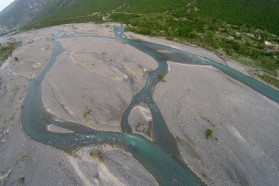The Aoos downstream of Konitsa, where it leaves the Pindos mountains and turns into a braided river for the first time. The high amounts of transported sediment force braiding and create a river landscape that has become rare elsewhere in Europe. We have almost reached the Greek/Albanian border.