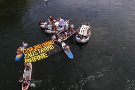 """For the first time, environmental groups and angling associations used the Drina Regatta to protest against the dam plans. The slogan """"Čuvajmo Drinu, zaustavimo brane!"""" (""""Save the Drina, stop the dams"""") was floating down the river."""