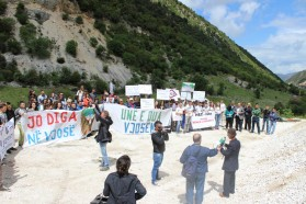 The protest was opened by the mayor of the Bënçë village.